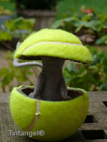 Muis in tennisbal w