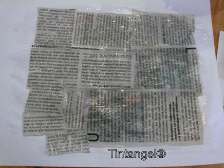 Krant op papier plakken