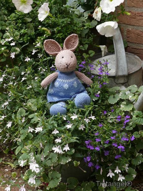 Bunny girl in de tuin