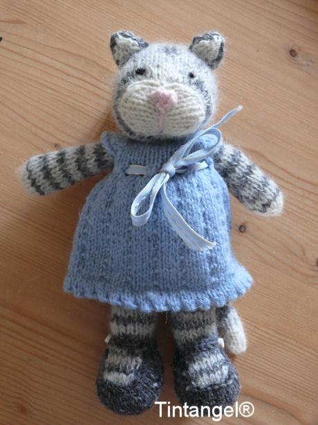 Tabby poes met jurkje